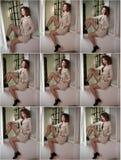 减肥在窗架的年轻时装模特儿佩带的白色外套 有浅褐色的卷发的可爱的性感的时髦的女人 免版税库存照片