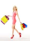 减肥拿着一束纸袋的白肤金发的妇女 免版税库存照片