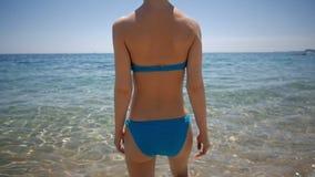 减肥进入海,冷水,女孩的少妇在度假,旅游概念 股票录像