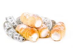 减肥,与测量的磁带的蛋糕的概念 免版税库存图片