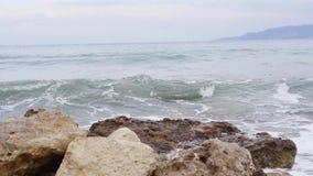 减速了在石岸的海波浪 影视素材