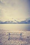 减速火箭传统化了一条空的长凳有在湖, Wyo的美丽的景色 免版税库存照片