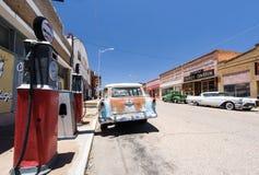 减速火箭小城与老加油站和汽车 库存图片