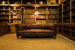 减速火箭棕色长沙发的皮革 库存照片