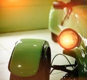 减速火箭汽车绿色的车灯 库存图片