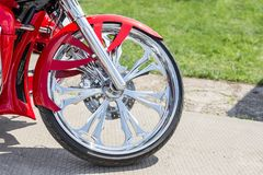 减速火箭的习惯摩托车的特写镜头前面部分 有红色防御者的光亮的镀铬物葡萄酒自行车轮子 库存图片