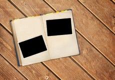 减速火箭的书和照片在老木板条 库存图片