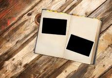 减速火箭的书和照片在老木板条 免版税库存图片
