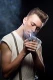 减速火箭的人点燃一根香烟 免版税库存照片