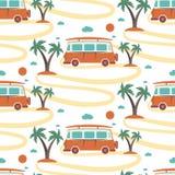减速火箭的公共汽车冲浪板的无缝的样式在海滩的与棕榈 库存图片