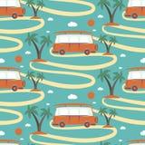 减速火箭的公共汽车冲浪板的无缝的样式在海滩的与棕榈 免版税图库摄影