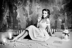 减速火箭的可爱的妇女,葡萄酒,努瓦尔样式 黑色白色 图库摄影