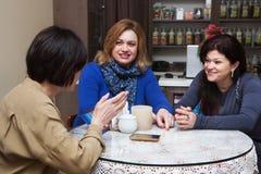 减速火箭的咖啡馆的公司女朋友 免版税库存图片
