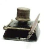 减速火箭的墨水壶和鸟嘴笔 库存图片