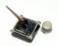 减速火箭的墨水壶和鸟嘴笔 库存照片