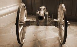减速火箭的大炮-从前面的看法 免版税库存图片
