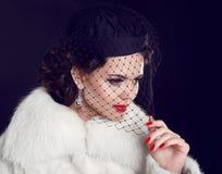 减速火箭的夫人。豪华皮大衣的美丽的妇女。时装模特儿我 免版税库存图片
