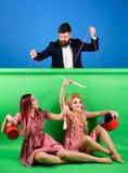 减速火箭的女孩和大师在党 主妇 创造性的想法 爱 疯狂的女孩和人 万圣节 葡萄酒时尚妇女 免版税库存照片