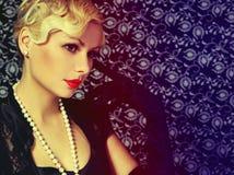 减速火箭的妇女。时尚美丽的金发碧眼的女人。葡萄酒样式 库存照片