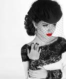 减速火箭的妇女 时装模特儿与红色嘴唇的女孩画象 染黑  免版税库存图片