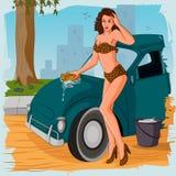 减速火箭的妇女洗涤的汽车 免版税库存图片