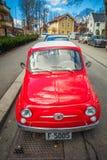减速火箭的小红色意大利汽车菲亚特在奥斯陆街道的Nuova 500  免版税库存图片