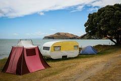 减速火箭的帐篷和古板的野营有蓬卡车的自由, Turihaua,吉斯伯恩,东海岸,北岛,新西兰 库存照片