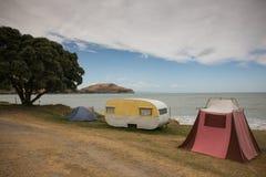 减速火箭的帐篷和古板的野营有蓬卡车的自由, Turihaua,吉斯伯恩,东海岸,北岛,新西兰 免版税库存图片