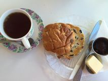 减速火箭的当茶点用的饼干和茶 库存图片