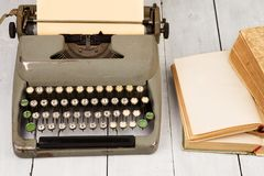 减速火箭的打字机和老葡萄酒在白色木backgroun预定 免版税图库摄影