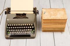减速火箭的打字机和老葡萄酒在白色木backgroun预定 库存图片