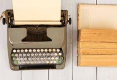 减速火箭的打字机和老葡萄酒在白色木backgroun预定 免版税库存图片