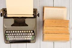 减速火箭的打字机和老葡萄酒在白色木backgroun预定 库存照片