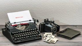 减速火箭的打字机和葡萄酒照片照相机 免版税库存图片