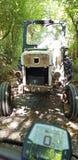 减速火箭的拖拉机自行车乘驾老车道 库存图片