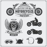 减速火箭的摩托车标签、象征、徽章和设计元素的汇集 盔甲、风镜和摩托车 例证百合红色样式葡萄酒 免版税库存照片