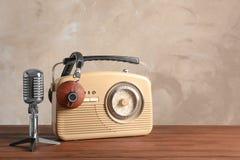 减速火箭的收音机、话筒和耳机 图库摄影