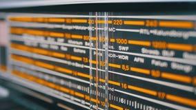 减速火箭的收音机的调整的模式标度与城市、电台和频率的名字的 股票录像