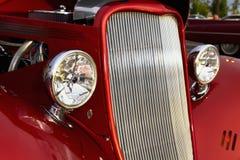 减速火箭的旧车改装的高速马力汽车镀铬物头光和格栅 免版税图库摄影
