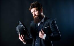 减速火箭的时尚帽子 有帽子的人 葡萄酒时尚 黑暗的背景的人穿着考究的有胡子的绅士 o 库存照片