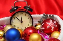 减速火箭的时钟和圣诞节球和玩具 库存照片
