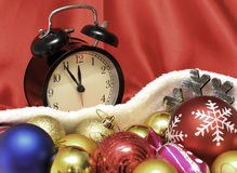减速火箭的时钟和圣诞节球和玩具 免版税库存图片