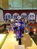 减速火箭的有葡萄酒习惯的滑行车许多镜子,在前面的车灯 免版税库存照片
