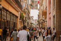 减速火箭的有走各种各样的人民的样式古巴人哈瓦那市拥挤的街的片段  免版税图库摄影