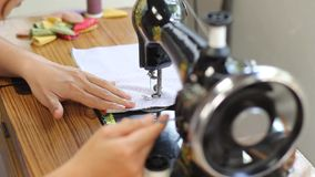 减速火箭的样式手工缝纫机 股票视频
