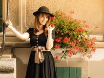 减速火箭的样式时尚妇女在老镇 免版税图库摄影