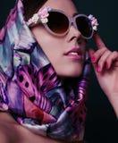减速火箭的样式的华美的妇女,与典雅的丝绸围巾 库存图片