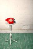 减速火箭的样式-红色葡萄酒电话,老花架 库存照片