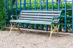 减速火箭的椅子在庭院里 免版税库存照片