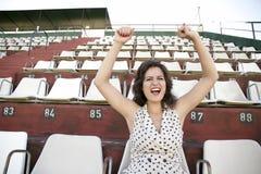 减速火箭的欢呼的女孩在体育场内 免版税库存照片
